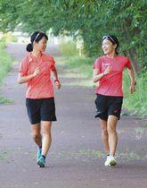 リラックスした表情で汗を流す岡田久美子選手(右)と溝口友己歩選手=輪島市で