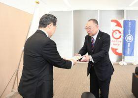 加藤市長に寄付金の目録を手渡す堀江会長