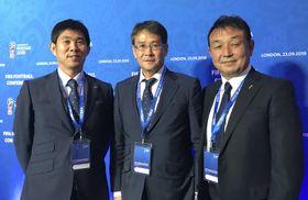 FIFAのフットボール・カンファレンスに出席した(左から)日本代表の森保一監督、日本サッカー協会の関塚隆技術委員長、小野剛技術委員=23日、ロンドン(共同)