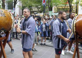 和太鼓を体験するラグビー・フランス代表のギラド主将(左)ら=22日、東京都府中市
