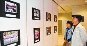 阿波踊りの魅力を表現した力作が並ぶ入賞作品展=徳島市の阿波おどり会館