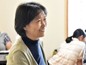 「ハッピービバーク」で子どものお母さんと笑顔で話す山口由美子さん
