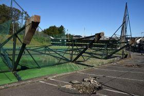台風19号の被害を受け、ネットが倒壊したゴルフ場=午前9時10分ごろ、横浜市旭区