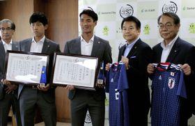 さいたま市のスポーツ特別功労賞を受賞し、記念写真に納まるサッカーW杯ロシア大会日本代表の(手前左から)遠藤航と槙野智章=19日、さいたま市役所