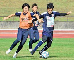 決勝ラウンドに向けて汗を流す松江シティFCイレブン=18日、松江市営陸上競技場