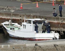 覚醒剤約600キロが押収された船を調べる捜査関係者ら=12日午後2時18分、熊本県天草市(共同通信社ヘリから)
