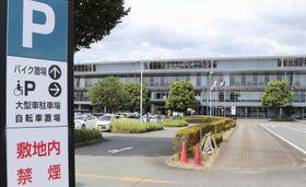 敷地内に喫煙所を再設置する熊本県警の運転免許センター=13日午後、熊本県菊陽町