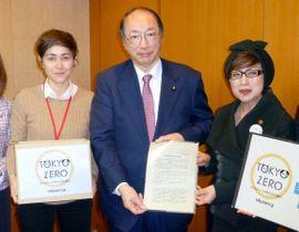 中川環境相(中央)に要望書を手渡す料理研究家の藤野真紀子さん(右)ら=17日午後、環境省