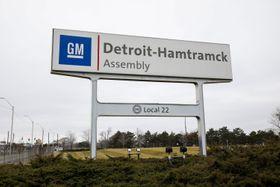 米中西部にある、米自動車大手ゼネラル・モーターズの工場の看板=27日(ゲッティ=共同)