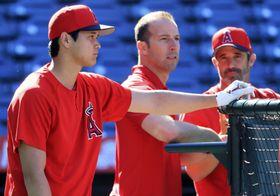 打撃練習の順番を待つエンゼルス・大谷(左)。中央はエプラーGM、右はオースマス監督=アナハイム(共同)