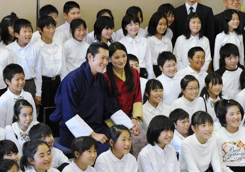 福島県相馬市を訪問し、桜丘小学校の児童と記念写真に納まるブータンのジグメ・ケサル・ナムゲル・ワンチュク国王夫妻=2011年