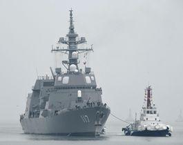 国際観艦式に参加するため、中国・青島に入港する海上自衛隊の護衛艦「すずつき」=21日(共同)