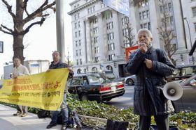 三菱重工業本社前で元徴用工訴訟を巡る対応を要求する市民団体メンバーら=18日午前、東京都千代田区
