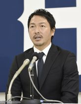 契約を更改し、記者会見する広島の長野=12日、広島市