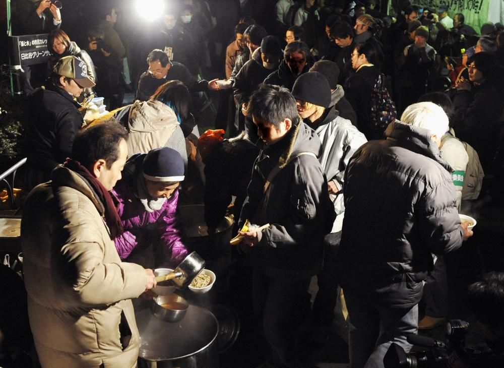 「年越し派遣村」で炊き出しを受ける人たち=2008年12月31日、東京・日比谷公園