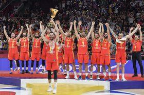 バスケットボール男子のW杯で優勝し、トロフィーを掲げるスペインの選手たち=北京(共同)