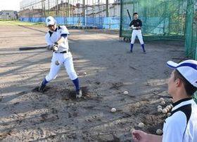 夏の大会で1勝を―。練習に励む倉橋主将(左)と選手たち