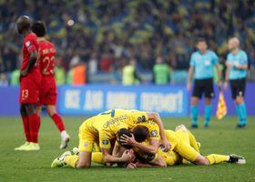 欧州選手権の本大会出場を決め、喜ぶウクライナの選手たち=14日、キエフ(ロイター=共同)