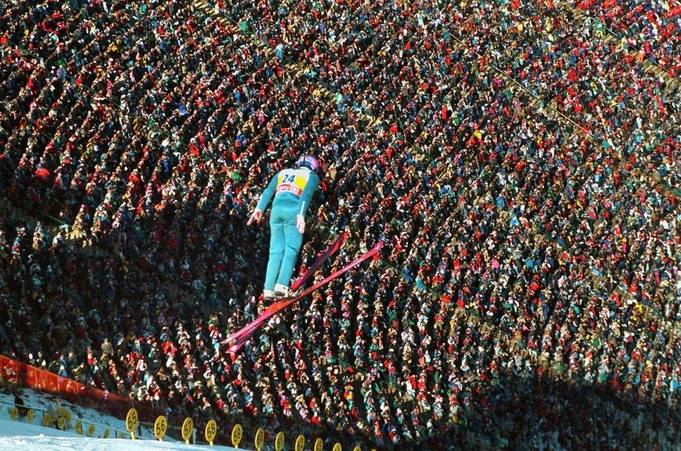 カルガリー冬季五輪90㍍級ジャンプ、マイケル・エドワーズの2回目。大観衆の声援を受ける中、67㍍で最下位に終わった=1988年2月(ゲッティ=共同)