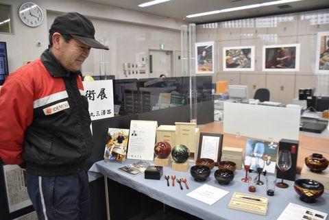 「chikyu」など漆を使った作品20点が並ぶ地元工芸技術展