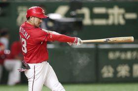3回広島1死、菊池涼が左中間に本塁打を放つ=東京ドーム