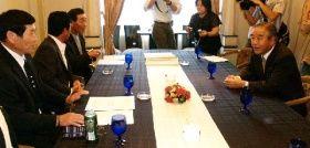2007年9月、水俣病の被害者団体代表と熊本市内で面会する園田博之与党PT座長(右)