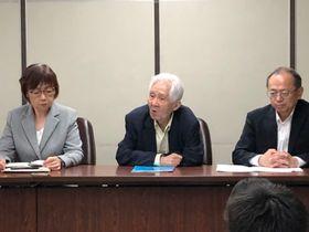 第1回口頭弁論終了後に記者会見する原告ら。左から原告の坂田和子さん、土屋源太郎さん、主任代理人弁護士の武内更一さん=6月12日午後3時ごろ、東京地裁内の司法記者クラブ