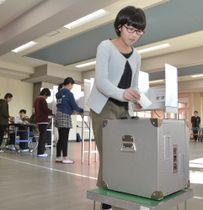 実際の投票用紙や投票箱を使って、東京五輪・パラリンピックのマスコットを選ぶ番町小の児童