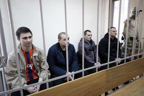 モスクワの裁判所に出廷した、ロシアで拘束されているウクライナ艦船の乗組員=4月(タス=共同)