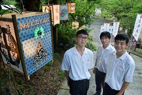 文字が円状に浮かび上がる灯籠(左)を作った生徒ら=姶良市の精矛神社