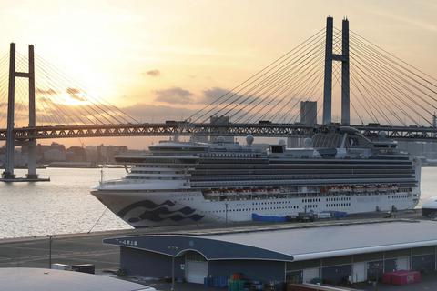 新型コロナウイルスの集団感染が発生したクルーズ船「ダイヤモンド・プリンセス」=21日午後5時10分、横浜港