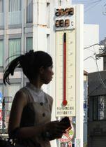 40度を超える最高気温を記録した岐阜県多治見市で、41.3度を表示するJR多治見駅前の温度計=18日午後