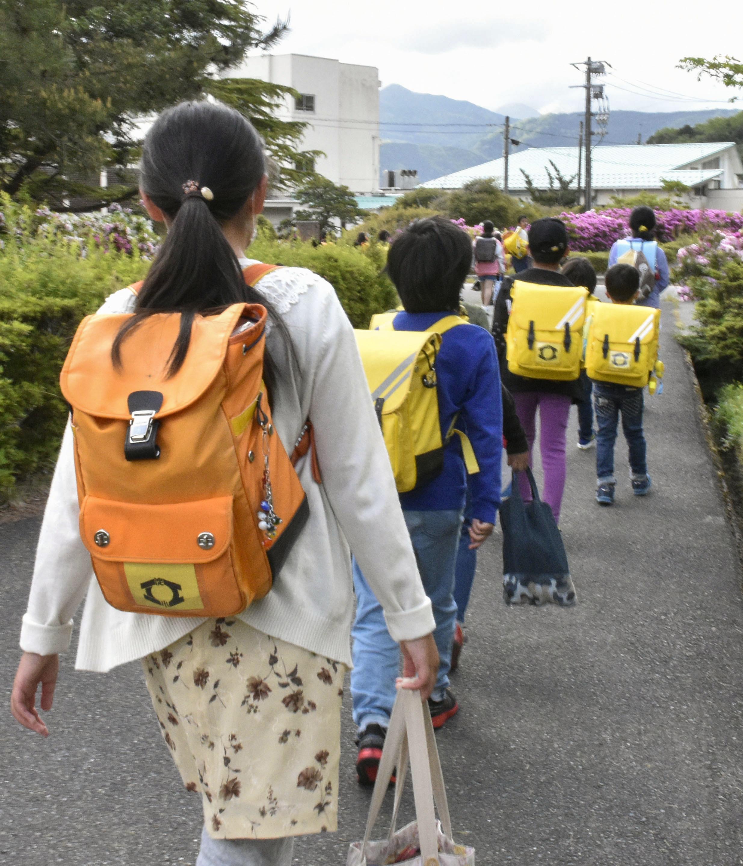 7日、全国に先駆けて学校を再開した鳥取県の米子市で登校する児童