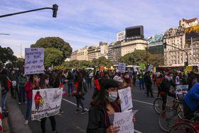 アルゼンチンの首都ブエノスアイレスで行われた労働環境改善や賃上げを求めるデモ=5月29日(ゲッティ=共同)