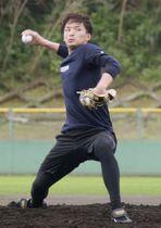 投球練習するソフトバンク・東浜=沖縄県うるま市