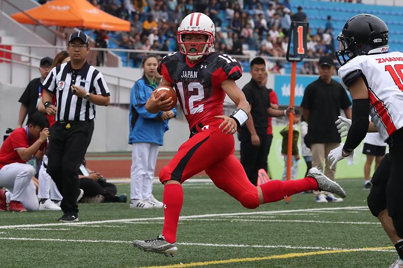 投げて走って大活躍だったQB田中=写真提供・日本アメリカンフットボール協会