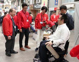 車いすの試乗などがあったイベント=長崎市、ベルナード観光通り