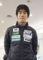 フリースタイルスキーW杯モーグルの第2戦で2位に入り、帰国した堀島行真=17日、羽田空港