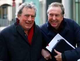 「モンティ・パイソン」のメンバーと笑顔を見せるテリー・ジョーンズ氏(左)=2012年12月、ロンドン(ロイター=共同)