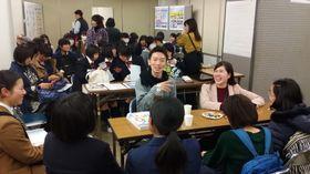 中高生にキャンパスライフの魅力を伝える学生(中央)=長崎市魚の町、市民会館