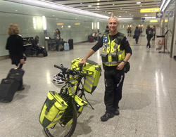 ロンドン・ヒースロー空港のターミナルビルを自転車で巡回する救急隊員=2015年(北村伸哉センター長提供)