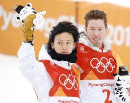 スノーボード男子ハーフパイプで銀メダルを獲得し歓声に応える平野歩夢。右は優勝した米国のショーン・ホワイト=平昌(共同)