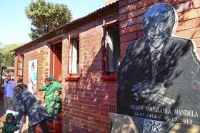 南アフリカ・ヨハネスブルク近郊の旧黒人居住区ソウェトにあるマンデラ氏の自宅跡。多くの人が訪れていた=18日(共同)