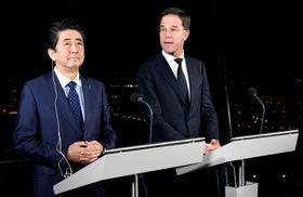 共同記者会見を行う安倍晋三首相とオランダのルッテ首相=9日、オランダ南部ロッテルダム(ロイター=共同)