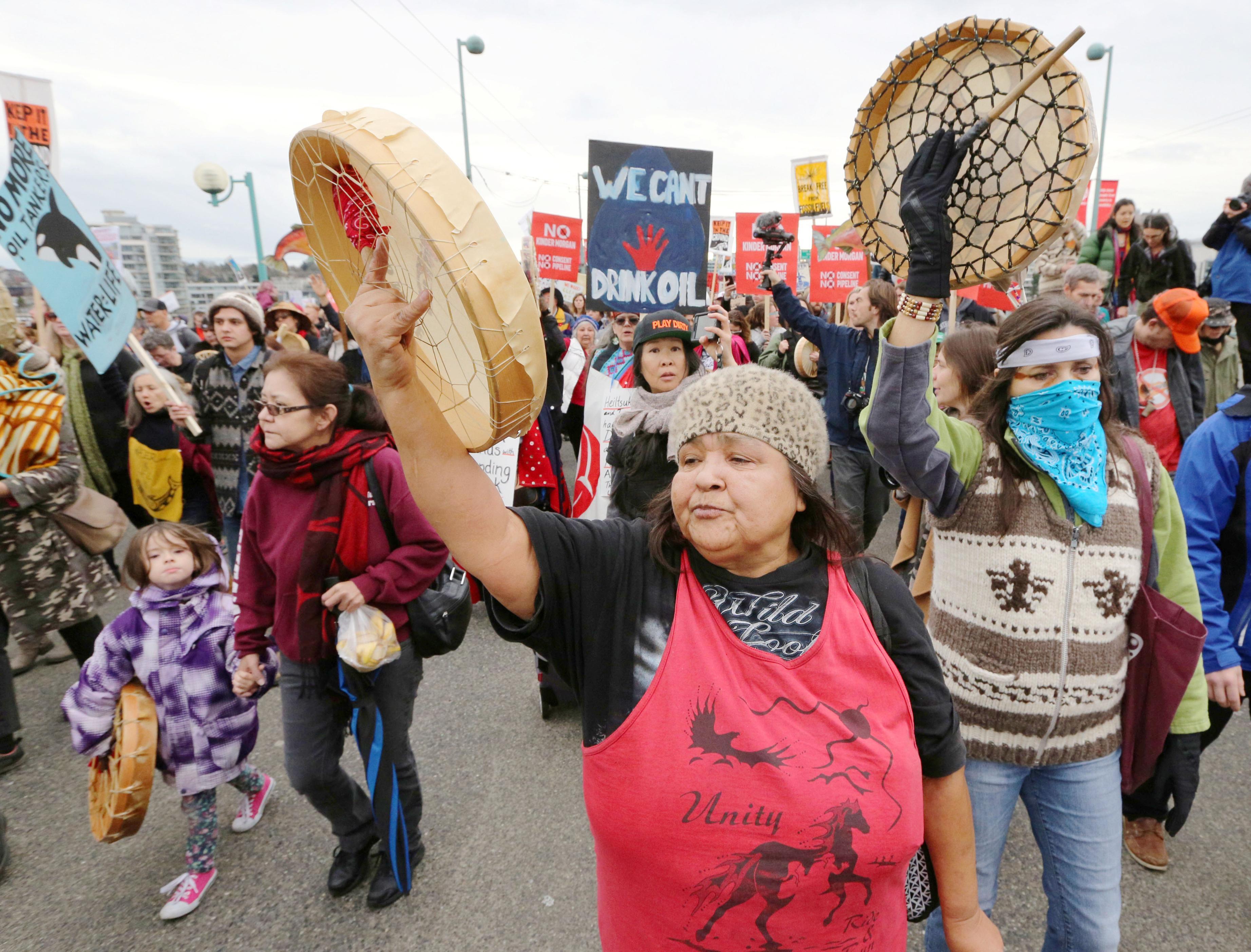 カナダ西部バンクーバーの街頭で、石油パイプライン拡張計画に抗議する先住民の人々=2016年11月(ロイター=共同)