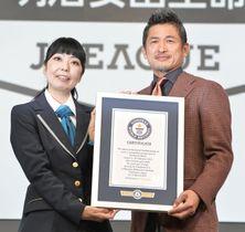 「リーグ戦でゴールを決めた最年長のプロサッカー選手」としてギネス世界記録に認定されたJ2横浜FCの三浦知良(右)=15日、東京都内