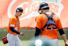 【愛媛MP―香川】初回、1死も取れずにマウンドを降りる愛媛MP・長島(左)=伊予市しおさい公園野球場