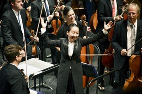 ブザンソン国際若手指揮者コンクールの決勝で指揮を終えた沖澤のどかさん(中央)=21日、フランス・ブザンソン(共同)