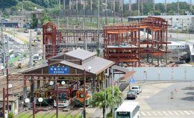 オープンが遅れるJR鹿児島駅の新駅舎の工事現場=鹿児島市小川町から撮影