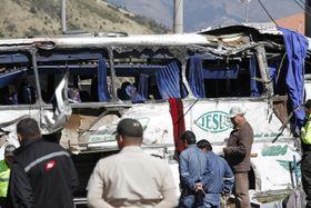 首都キト近郊での衝突事故で無残な状態となった長距離路線バス=14日(AP=共同)